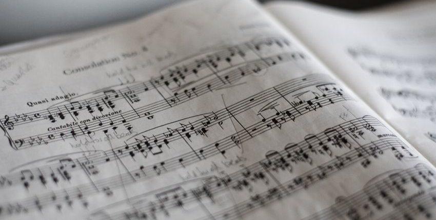 La musique : pour l'assemblée ou à écouter ?